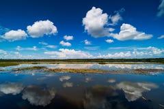 Jezioro Z odbicie chmurami obrazy stock