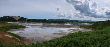 Jezioro z odbiciem parni hotsprings w Uzon kalderze i niebo Zdjęcie Royalty Free