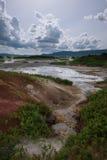 Jezioro z odbiciem parni hotsprings w Uzon kalderze i niebo Zdjęcia Royalty Free