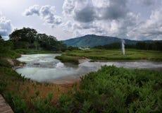 Jezioro z odbiciem parni hotsprings w Uzon kalderze i niebo Zdjęcie Stock