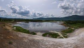Jezioro z odbiciem parni hotsprings w Uzon kalderze i niebo Obraz Royalty Free