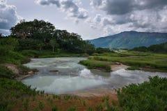 Jezioro z odbiciem parni hotsprings w Uzon kalderze i niebo Zdjęcia Stock