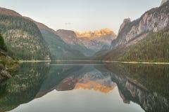 Jezioro z pięknym halnym odbiciem zdjęcia royalty free