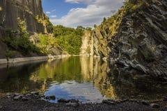 Jezioro z skałami Obraz Royalty Free