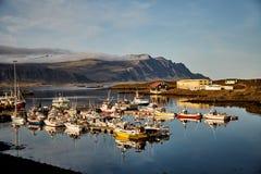 Jezioro z statkami w Iceland Fjord z łodziami fotografia stock