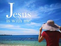 Jezus jest z ja z tło widokiem na ocean i damy spojrzeniem do niebo projekta dla chrystianizmu fotografia stock