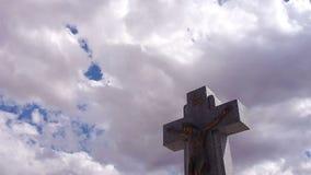 Jezus krzyż z timelapse chmurami zdjęcie wideo