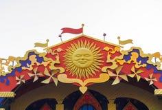 Jf superior o telhado com decorações de Maslenitsa: sol, fitas coloridas Fotos de Stock