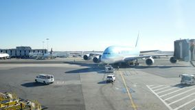 JFK机场,纽约,美国- 2017年12月:韩航乘出租车在终端附近的波音747 影视素材