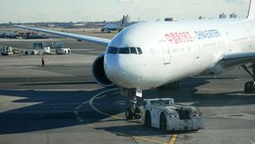 JFK机场,纽约,美国- 2017年12月-中国在登陆的东波音777在客运枢纽站附近以后 影视素材