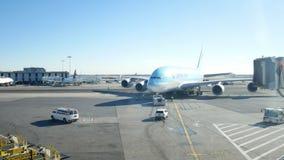 JFK-flygplats, NEW YORK, USA - DECEMBER, 2017: Korean Air Boeing 747 som åker taxi nära terminalen arkivfilmer