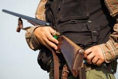 Jägare som är klar att jaga med jaktgeväret Royaltyfri Bild