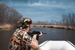 Jäger an Bord von Boot Lizenzfreies Stockfoto