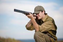 Jäger, der die Jagd zielt Lizenzfreie Stockfotografie