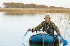 Jäger in einem Boot Stockfoto