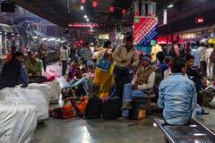 JHANSI INDIEN - 10 NOVEMBER 2017: Oidentifierade indier väntar på drevet i Jhansi royaltyfri bild