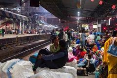 JHANSI INDIEN - 10 NOVEMBER 2017: Oidentifierade indier väntar på drevet i Jhansi arkivbild