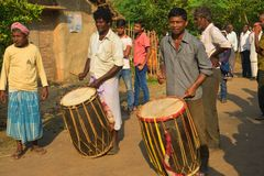 JhargraDhaakis & x28  drummers& x29  εκτέλεση και απόλαυση θεατών στοκ φωτογραφίες