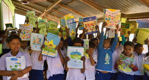 Jhargram, δυτική Βεγγάλη, Ινδία - 2 Ιανουαρίου 2019: Η διεθνής ημέρα βιβλίων γιορτάστηκε από τους σπουδαστές ενός δημοτικού σχολε στοκ εικόνα
