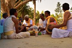 Jhargram, Bengal ocidental, Índia - o grupo que de Krishna da lebre os cantos igualmente chamaram kirtan estava executando em um imagem de stock