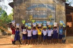 Jhargram, il Bengala Occidentale, India - 2 gennaio 2019: Il giorno internazionale del libro è stato celebrato dagli studenti di  fotografie stock libere da diritti