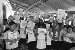 Jhargram västra Bengal, Indien - Januari 2, 2019: Den internationella bokdagen firades av studenterna av en grundskola för barn m royaltyfria foton