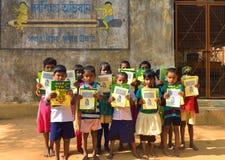 Jhargram västra Bengal, Indien - Januari 2, 2019: Den internationella bokdagen firades av studenterna av en grundskola för barn m royaltyfri fotografi