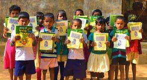 Jhargram, West-Bengalen, India - Januari 2, 2019: De internationale Boekdag werd gevierd door de studenten van een lage school me royalty-vrije stock fotografie