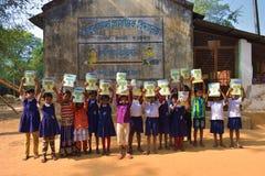 Jhargram, West-Bengalen, India - Januari 2, 2019: De internationale Boekdag werd gevierd door de studenten van een lage school me royalty-vrije stock foto's
