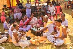 Jhargram, Zachodni Bengalia India, Listopad, - 23, 2018: Zaj?czy Krishna grupy skandowania tak?e dzwoni?cy kirtan wykonywali w wi zdjęcia stock