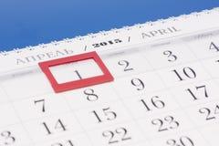 2015-jähriger Kalender April-Kalender mit rotem Kennzeichen auf gestaltetem Datum Stockbilder