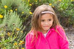 Jähriges Asiatisch-kaukasisches Mädchen hübsche 4 im rosa Mantel Stockfotos
