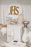 JHS - Eerste Heilige Communieartikelen op plank in een winkel royalty-vrije stock afbeeldingen