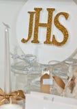 JHS - Eerste Heilige Communieartikelen op plank in een winkel stock foto's
