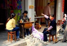 Jia blême, Chine : Ouvrière couturière au travail Photo stock