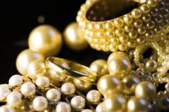 Jóia: ouro e pérolas Fotos de Stock Royalty Free