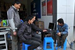 Jia pallido, Cina: Operai che per mezzo del calcolatore Fotografie Stock