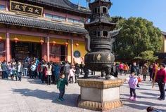 JIANGYIN, Китай в 19-ое февраля 2015: люди горят ладан на первом дне китайского Нового Года к виску для того чтобы сгореть ладан Стоковые Изображения RF