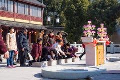 JIANGYIN, Китай в 19-ое февраля 2015: люди горят ладан на первом дне китайского Нового Года к виску для того чтобы сгореть ладан Стоковое Изображение