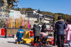 JIANGYIN, Китай в 19-ое февраля 2015: люди горят ладан на первом дне китайского Нового Года к виску для того чтобы сгореть ладан Стоковое Фото