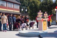 JIANGYIN, Китай в 19-ое февраля 2015: люди горят ладан на первом дне китайского Нового Года к виску для того чтобы сгореть ладан Стоковая Фотография RF