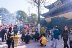 JIANGYIN, China em 2015 o 19 de fevereiro: os povos queimam o incenso no primeiro dia do ano novo chinês ao templo para queimar o Imagens de Stock