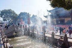 JIANGYIN, China em 2015 o 19 de fevereiro: os povos queimam o incenso no primeiro dia do ano novo chinês ao templo para queimar o Fotos de Stock Royalty Free