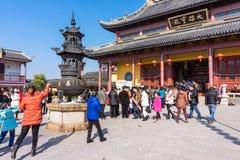 JIANGYIN, China em 2015 o 19 de fevereiro: os povos queimam o incenso no primeiro dia do ano novo chinês ao templo para queimar o Fotos de Stock