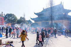 JIANGYIN, China en 2015 19 de febrero: la gente quema incienso en el primer día del Año Nuevo chino al templo para quemar inciens Imagen de archivo libre de regalías