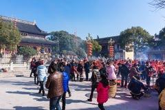 JIANGYIN, China en 2015 19 de febrero: la gente quema incienso en el primer día del Año Nuevo chino al templo para quemar inciens Imagen de archivo
