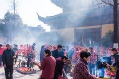 JIANGYIN, China in 2015 19 Februari: de mensen branden wierook bij de eerste dag van het Chinese nieuwe jaar aan de tempel om wie Royalty-vrije Stock Afbeeldingen