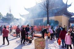 JIANGYIN, China in 2015 19 Februari: de mensen branden wierook bij de eerste dag van het Chinese nieuwe jaar aan de tempel om wie Stock Foto's