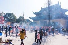 JIANGYIN, China in 2015 19 Februari: de mensen branden wierook bij de eerste dag van het Chinese nieuwe jaar aan de tempel om wie Royalty-vrije Stock Afbeelding