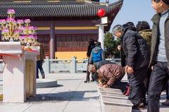 JIANGYIN, China in 2015 19 Februari: de mensen branden wierook bij de eerste dag van het Chinese nieuwe jaar aan de tempel om wie Stock Afbeelding